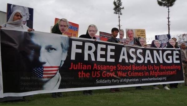 아프가니스탄 시민들이 줄리안 어산지 석방 시위를 벌이고 있다. [WSW 캡쳐]