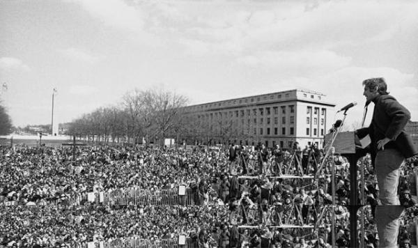 1971년 6월  '펜타곤 페이퍼'가 공개되자 미국 전역이 충격에 빠졌다.  당시 국방부 일급 기밀문서였던 펜타곤 페이퍼를 뉴욕타임스 기자에 넘긴 인물은 국방부 군사분석 전문가였던 대니얼 엘스버그였다.  1972년 엘스버그가 필라델피아 해리스버그 지역 한 광장에 모인 시민들에게 베트남 전쟁을 반대하는 연설을 하고 있다. [AP=연합뉴스]