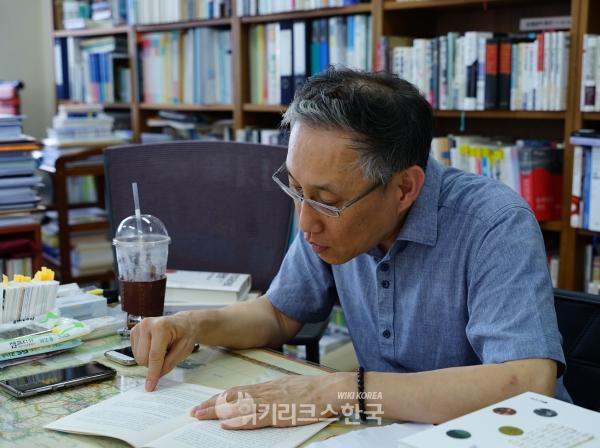 서가에서 찾은 유진오 문서를 연구한 자신의 논문을 읽는 남기정 교수. [사진=최진환 기자]